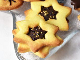 Doppelte Kekssterne mit Schokoladenkern