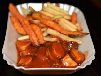 Pommes Currywurst mit selbst gemachter Currysauce